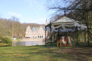 Buiten trouwen in het prieel van de historische tuin