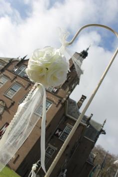 Aan de haken kan je diverse decoraties hangen: rozenbolletjes, strikjes, hartjes, flesjes met bloemen, tule bolletjes, kransjes enz.
