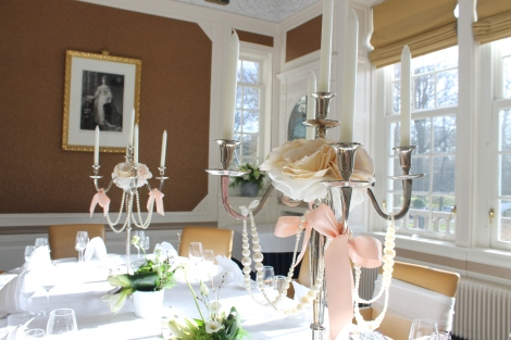 In de prachtige stijlkamer kan je dineren. De kandelaren maken het af.