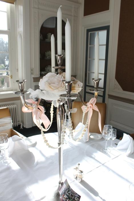 Zilveren kandelaren, 5 armig, kan gedecoreerd worden met parels, linten en imitatie of echte bloemen. 3 stuks op voorraad.