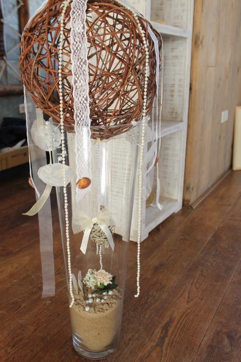 Vazen in strand en bruidssfeer: linten, parels, zand, bloemen en schelpen