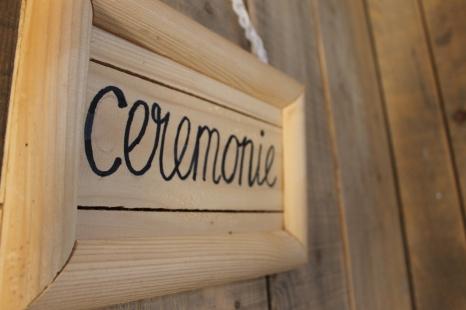 Diverse bordjes te huur: ceremonie, receptie, welkom en met pijlen.