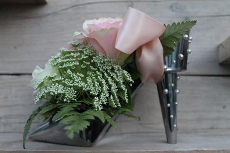 Tafeldecoratie: High heels in zilver met verse bloemen en linten